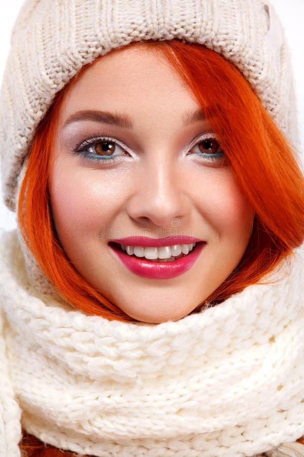 Close-upportret van beautyful roodharige gelukkige vrouw op witte achtergrond Het concept van Kerstmis en van het Nieuwjaar royalty-vrije stock afbeelding