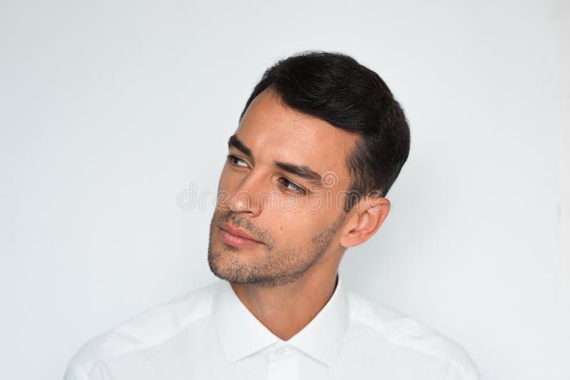 Close-upportret van beklemtoonde knappe jonge mensenhand op hoofd met slechte hoofdpijn op witte of lichtgrijze achtergrond stock foto's