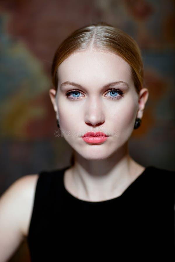Close-upportret van bepaalde noordse vrouw stock foto's
