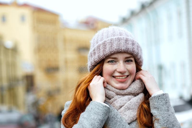 Close-upportret van blij rood haired meisje die gebreide warm dragen royalty-vrije stock foto's