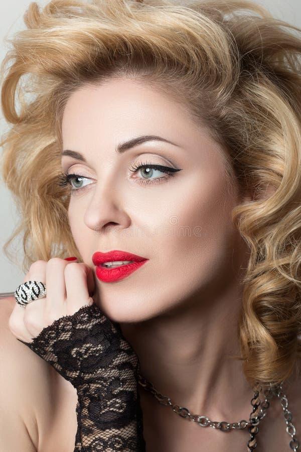 Close-upportret van blonde seksuele nadenkende rijpe vrouw stock foto's
