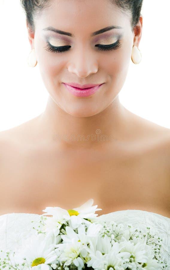 Close-upportret van bruid die bloem bekijken royalty-vrije stock fotografie