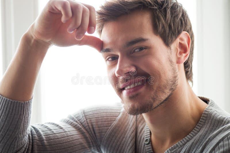 Close-upportret van de aantrekkelijke jonge mens stock foto's