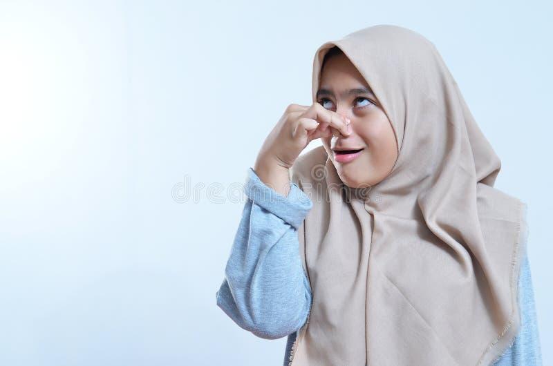 Close-upportret van de jonge Aziatische die neus van de vrouwenholding wegens stank wordt gesloten royalty-vrije stock foto