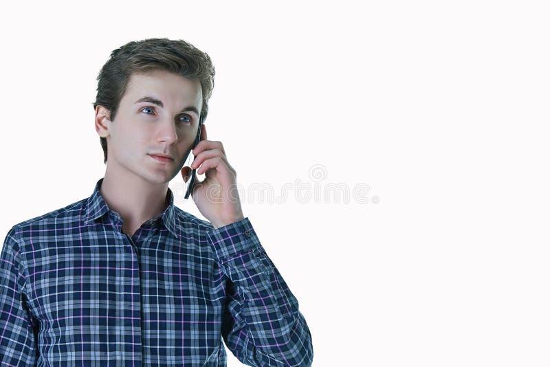Close-upportret van de jonge, ernstige bedrijfsmens, collectieve werknemer die, student op celtelefoon spreken stock fotografie