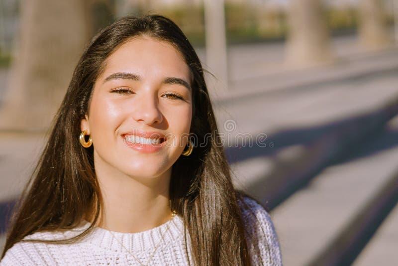 Close-upportret van een gelukkig glimlachend jong meisje - Beeld stock foto's