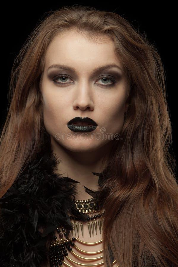 Close-upportret van een gotische femme fatale met stock afbeeldingen