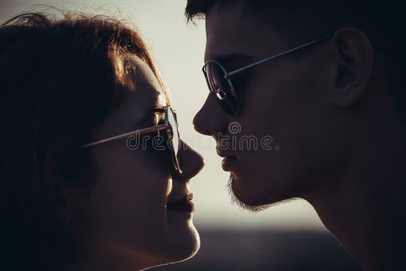 Close-upportret van een houdend van paar van tieners met glazen st royalty-vrije stock foto