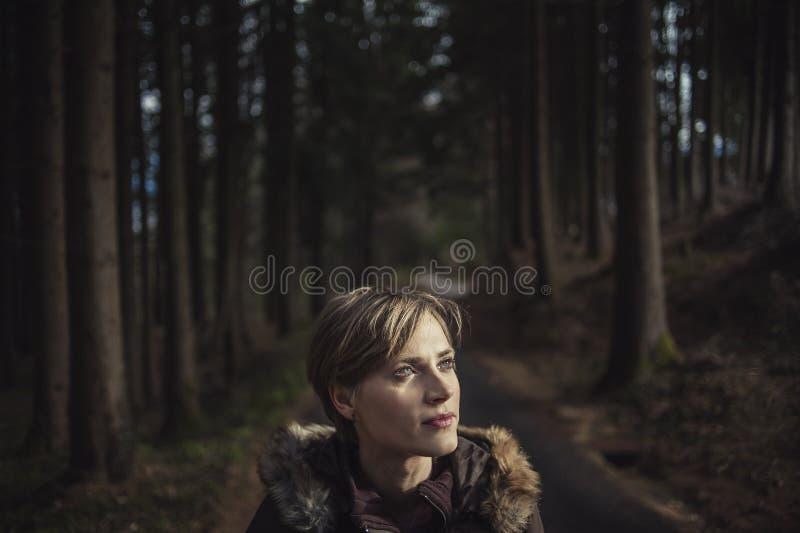 Close-upportret van een jong mooi meisje in het bos stock afbeelding