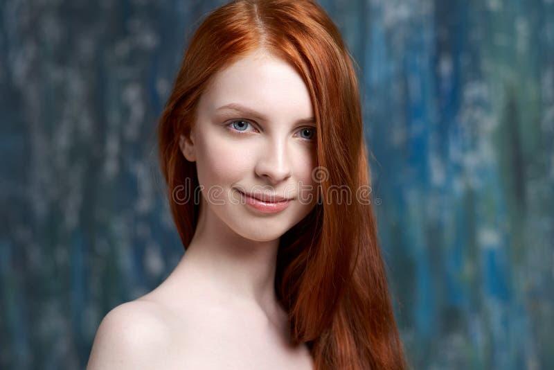 Close-upportret van een jong mooi roodharig meisje met schone witte huid het concept van de huidzorg, gezond huid en haar stock fotografie
