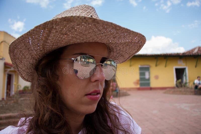 Close-upportret van een jonge donkerbruine vrouw met spiegelzonnebril royalty-vrije stock fotografie