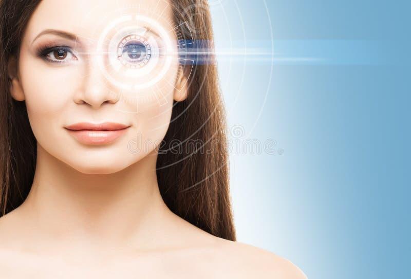 Close-upportret van een jonge en mooie vrouw met een hologram royalty-vrije stock foto