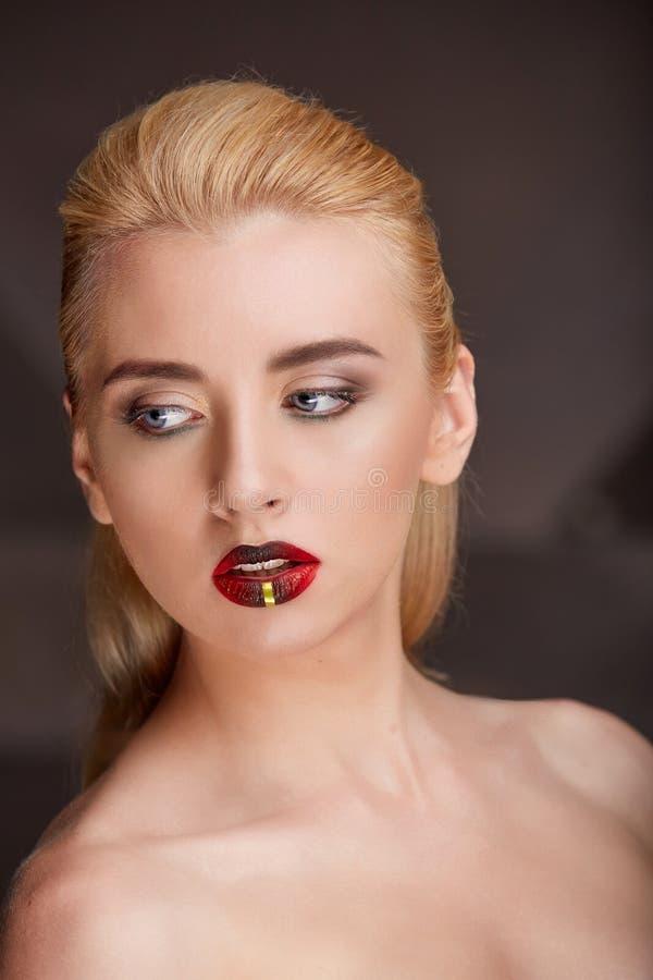 Close-upportret van een jonge heldere make-up van de blondevrouw stock afbeelding