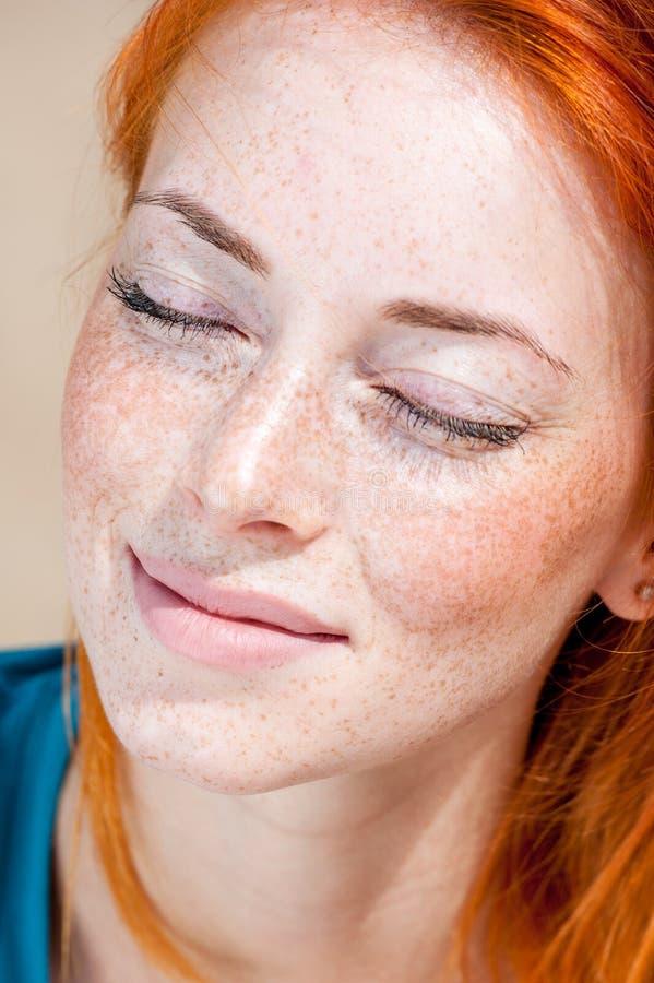 Close-upportret van een jonge mooie freckled vrouw stock afbeelding