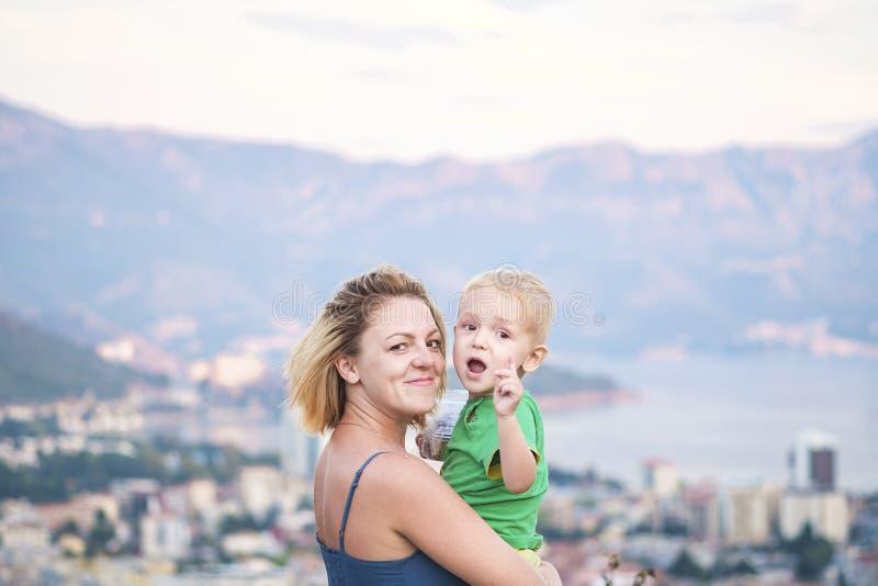 Close-upportret van een jonge mooie moeder met haar weinig zoon royalty-vrije stock foto