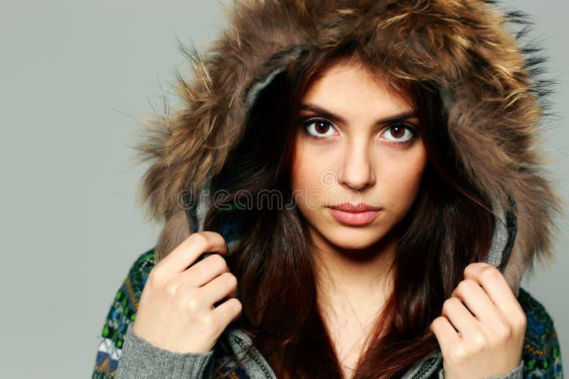 Close-upportret van een jonge peinzende vrouw in warme de winteruitrusting stock afbeeldingen