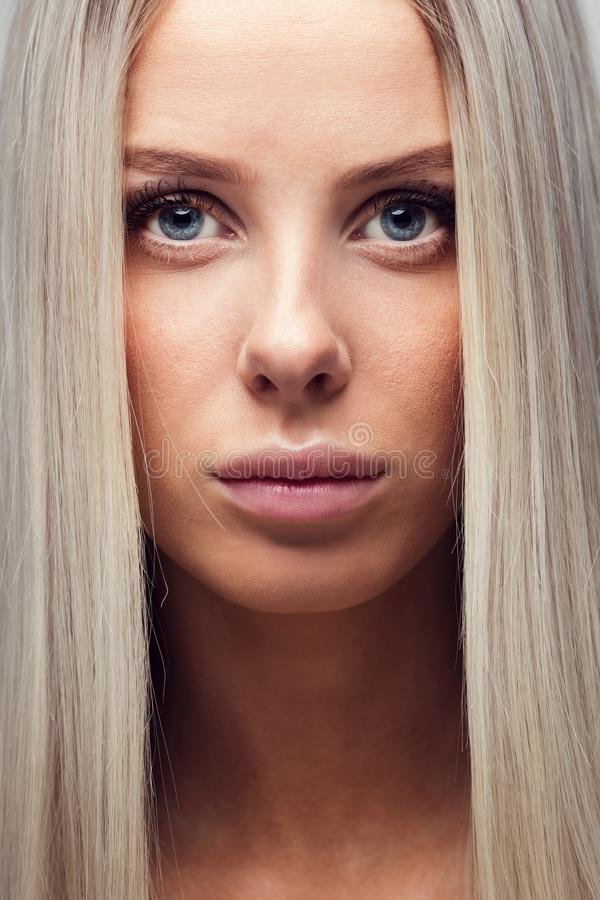 Close-upportret van een jonge vrouw met blondehaar stock fotografie