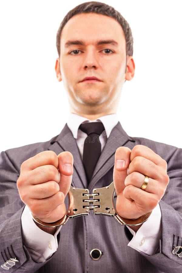 Close-upportret van een jonge zakenman met de handboeien om:doen handen royalty-vrije stock foto's