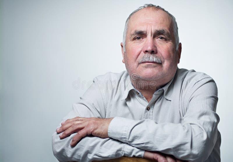 Close-upportret van een Kaukasische hogere mens met snor royalty-vrije stock foto's