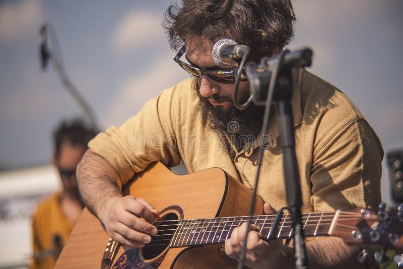 Close-upportret van een klassieke gitarist stock foto's