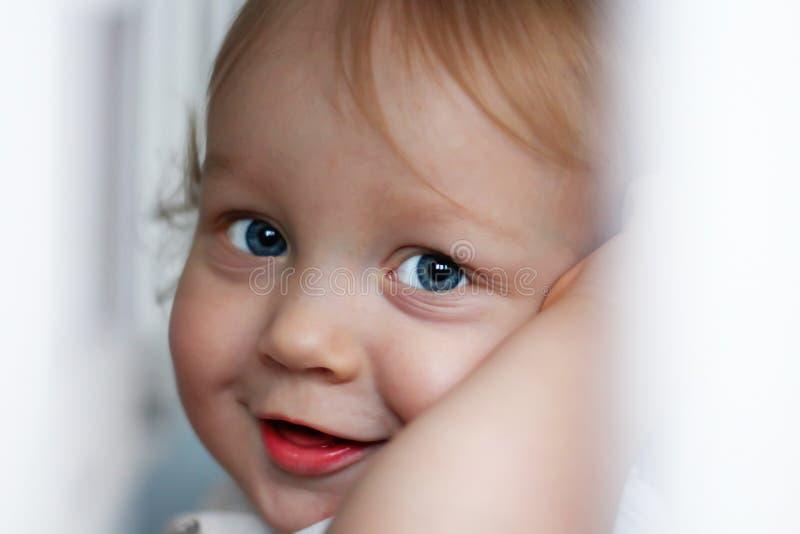Close-upportret van een knappe kleine jongen van één éénjarige met blauwe ogen en blond haar royalty-vrije stock afbeeldingen
