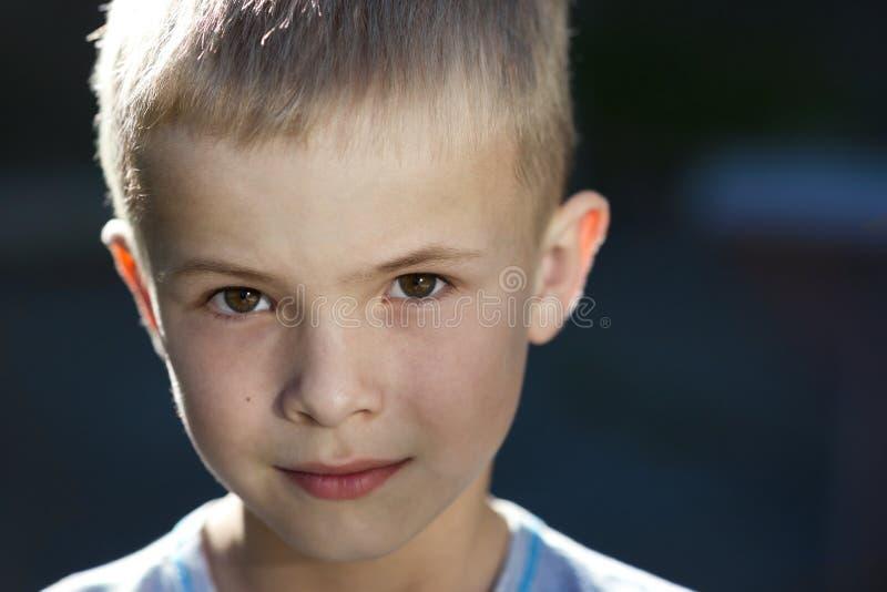 Close-upportret van een knappe kleine jongen stock fotografie