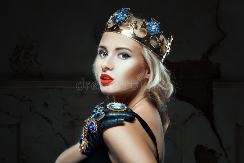 Close-upportret van een meisje met kroon stock afbeelding