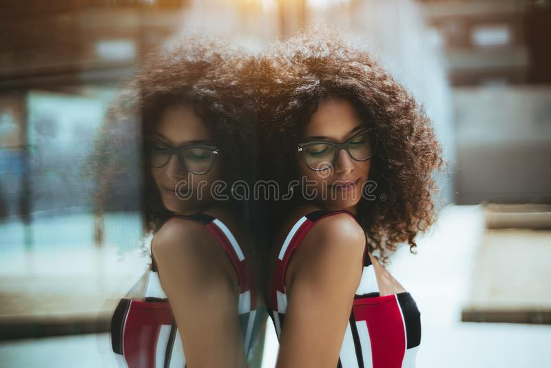 Close-upportret van een meisje in oogglazen in openlucht royalty-vrije stock foto