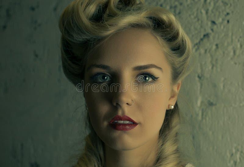 Close-upportret van een mooi blonde met een neusring royalty-vrije stock foto