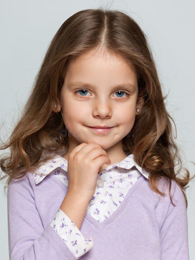 Close-upportret van een mooi glimlachend meisje royalty-vrije stock afbeeldingen