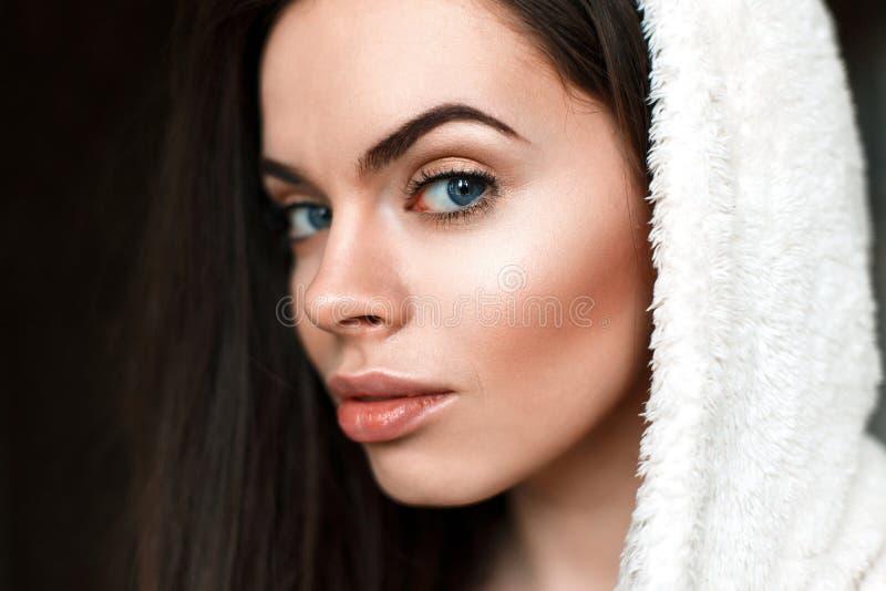Close-upportret van een mooi jong meisje in een badjas royalty-vrije stock foto's