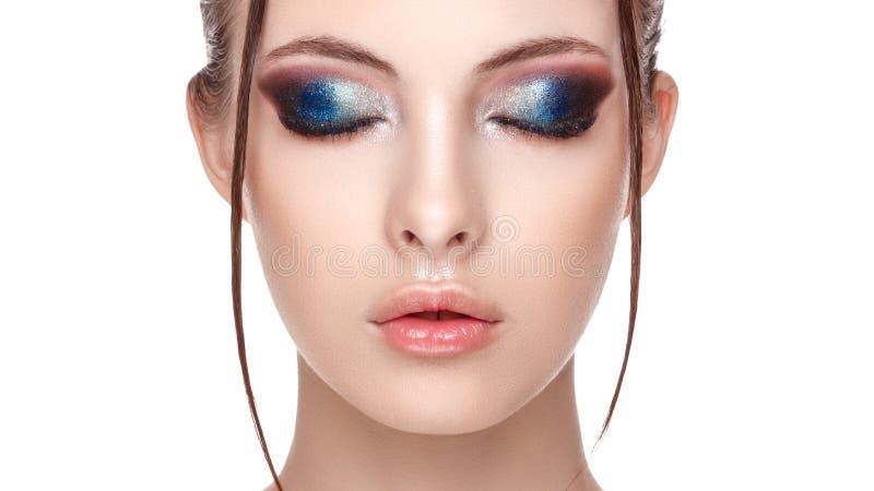 Close-upportret van een mooi jong model met mooie betoverende make-up, het natte effect op haar gezicht en lichaam, wimperverwijd stock afbeelding