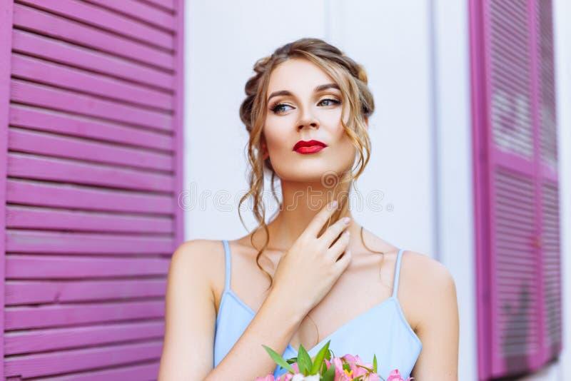 Close-upportret van een mooi meisje met expressieve ogen stock foto