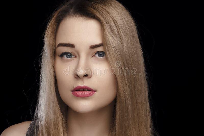 Close-upportret van een mooi meisje met wit haar en blauwe ogen en perfecte huid Dagelijkse samenstelling, studiofoto geïsoleerde stock afbeelding