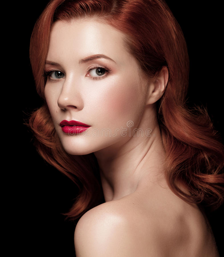 Close-upportret van een mooi roodharig over helft-gedraaid meisje royalty-vrije stock foto