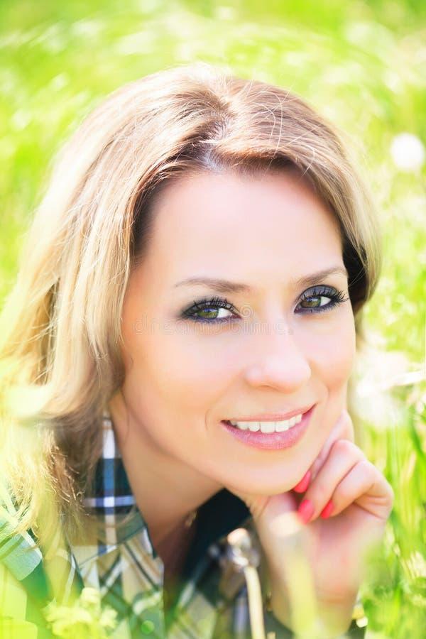 Close-upportret van een mooie aantrekkelijke vrouw in openlucht in de zomer stock foto