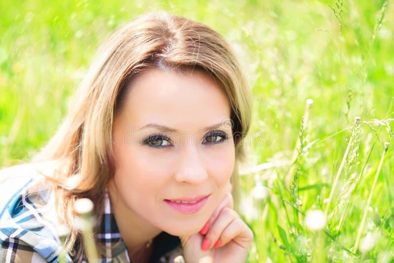 Close-upportret van een mooie aantrekkelijke vrouw in openlucht in de zomer stock foto's