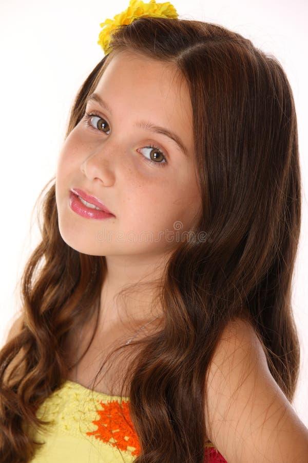 Close-upportret van een mooie gelukkige jonge tiener met elegant lang haar stock afbeelding