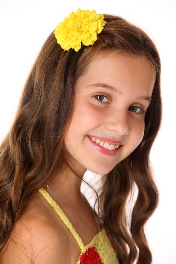 Close-upportret van een mooie gelukkige jonge tiener met elegant lang haar stock foto