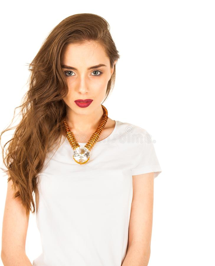 Close-upportret van een mooie jonge donkerbruine vrouw in wit t royalty-vrije stock afbeelding