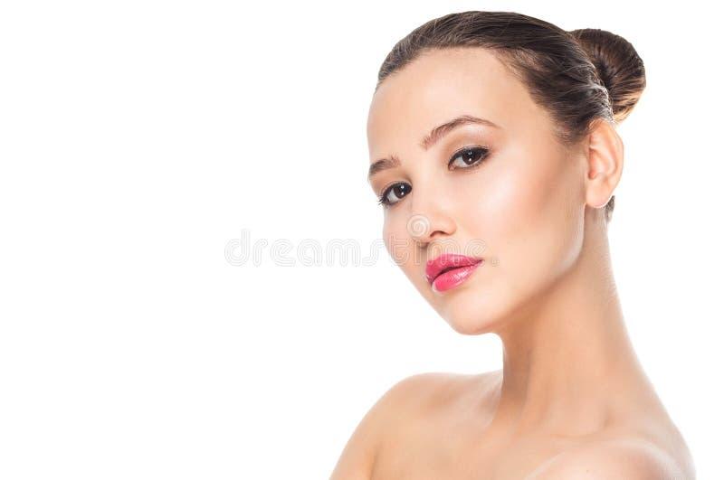 Close-upportret van een mooie jonge vrouw met bruin haar Vrij modelmeisje met perfecte verse schone huid schoonheid en eco cosme stock foto