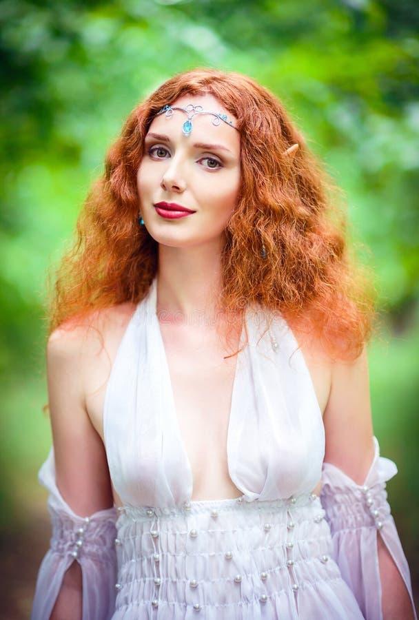 Close-upportret van een mooie roodharige elfvrouw royalty-vrije stock afbeelding