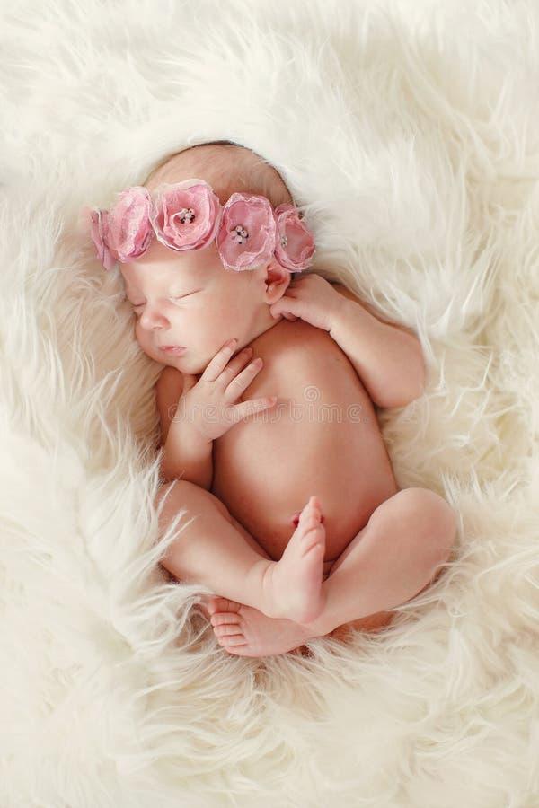 Close-upportret van een mooie slaapbaby royalty-vrije stock fotografie