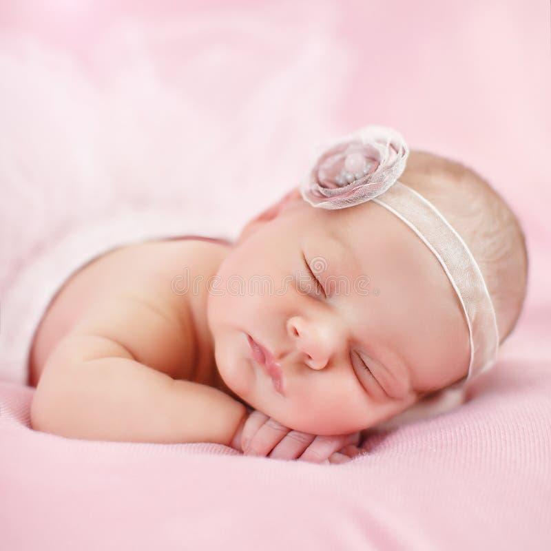 Close-upportret van een mooie slaapbaby stock foto