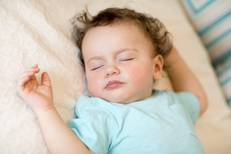 Close-upportret van een mooie slaapbaby op wit royalty-vrije stock afbeelding