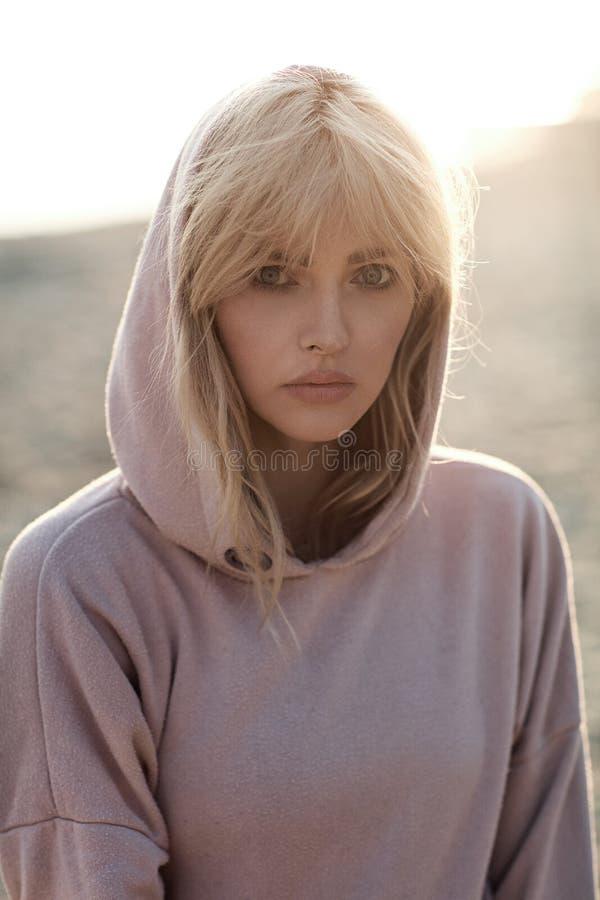 Close-upportret van een ontspannen blonde die de zonsondergang bekijken stock afbeeldingen