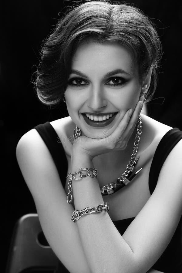 Close-upportret van een overweldigend vrouwelijk model binnen stock afbeelding