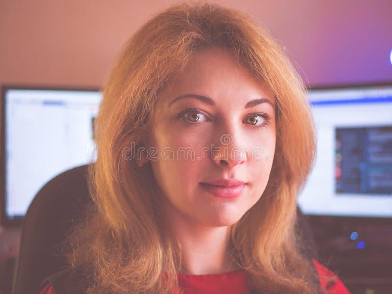 Close-upportret van een rijpe bedrijfsvrouw die in haar bureau glimlachen royalty-vrije stock afbeelding