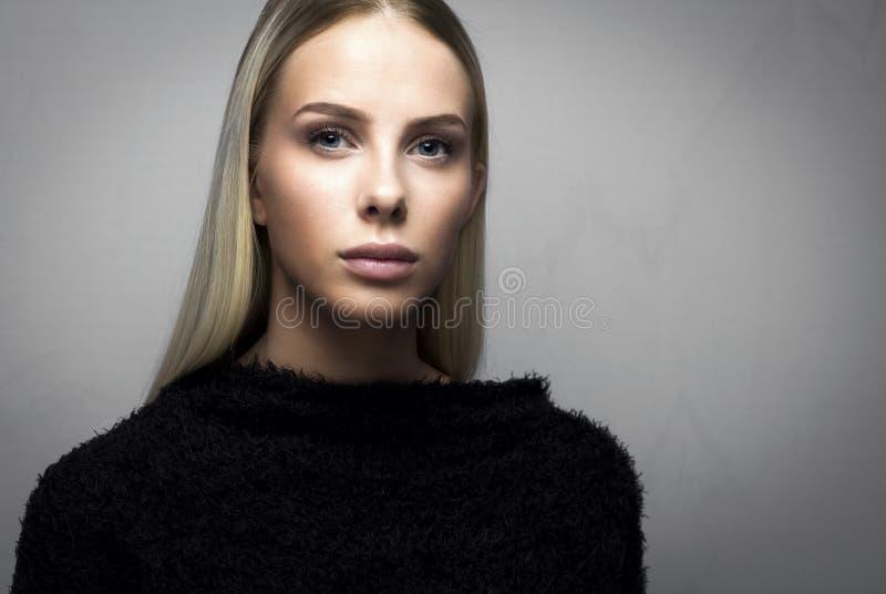 Close-upportret van een toevallige blondevrouw in woedebovenkant stock fotografie