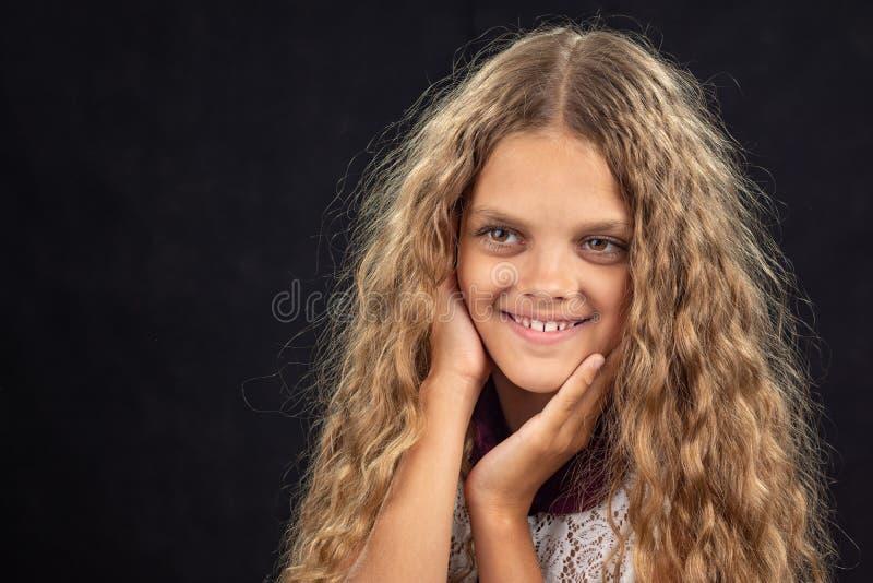 Close-upportret van een vrolijk tien éénjarigenmeisje dat linker kijkt stock foto's